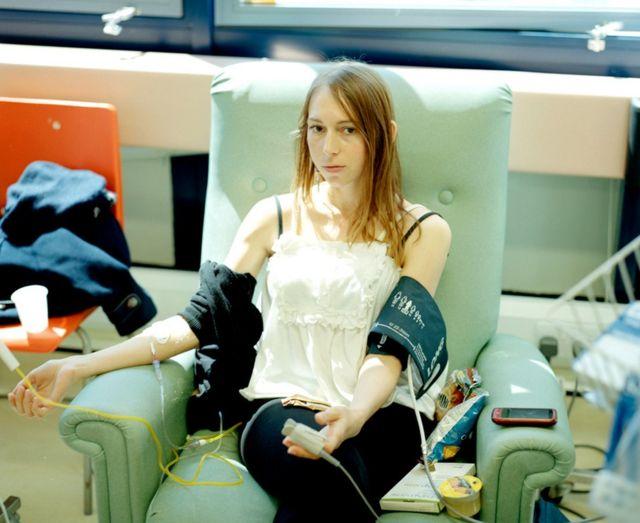 Carly Clarke fazendo quimioterapia