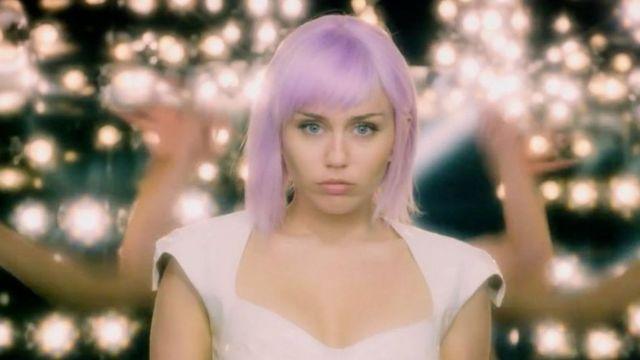 U Crnom ogledalu, Majli Sajrus igra pop zvezdu čiji um se prebacuje u robotsku lutku