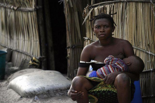Nijerya Atabong'da bebeğini besleyen bir anne