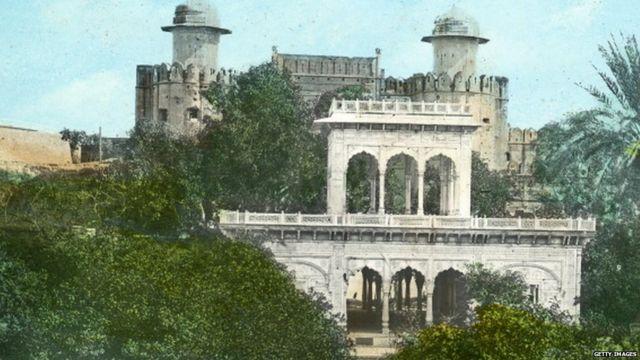 ਲਾਹੌਰ ਦੇ ਕਿਲੇ ਵਿੱਚ ਸਥਿਤ ਪਵੇਲੀਅਨ ਨੂੰ ਮਹਾਰਾਜਾ ਰਣਜੀਤ ਸਿੰਘ ਨੇ 1818 ਵਿੱਚ ਬਣਵਾਇਆ ਸੀ