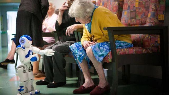 جرى تطوير مجموعة متنوعة من التقنيات، بما في ذلك الروبوتات، لمساعدة كبار السن
