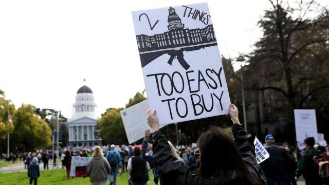 Una manifestante con un cartel
