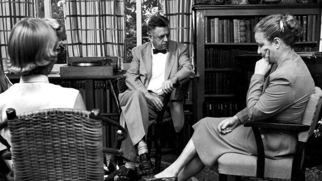 Исследования Альфреда Кинси (в центре) подтвердили существование категорий гомосексуального и гетеросексуального поведения