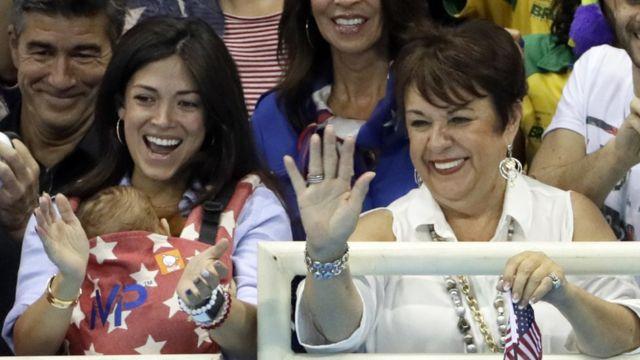 La madre (derecha) y la novia de Phelps (izquierda), con el bebé