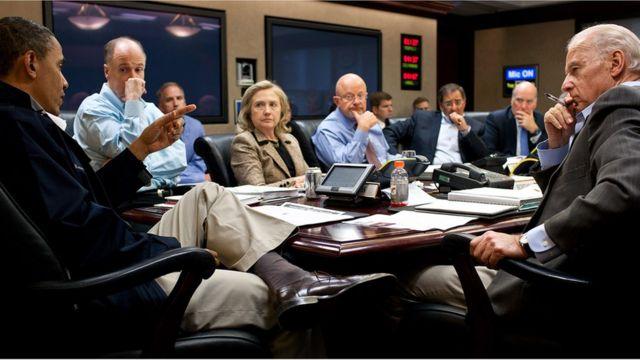2011年のオサマ・ビンラディン容疑者の殺害作戦について話し合うオバマ大統領(写真左)、クリントン国務長官(写真中央、当時)、バイデン副大統領(写真右)