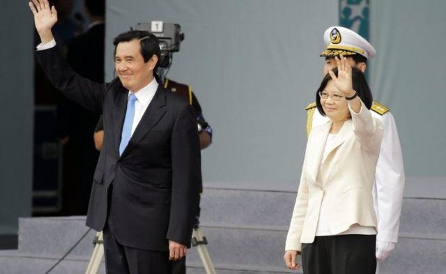 市民らに手を振る馬前総統(写真左)と蔡新総統(20日、台北)