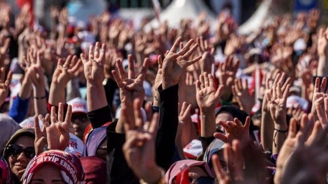 Прихильники Ердогана на мітингу 15 квітня в Стамбулі