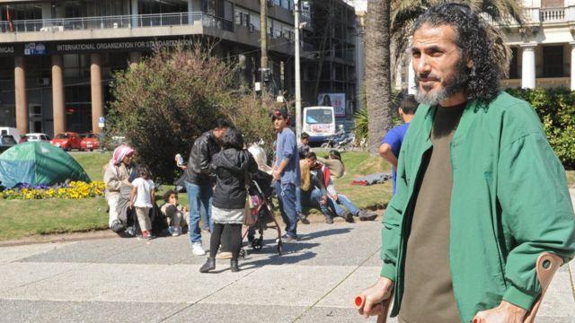 Jihad Diyab parado con muletas