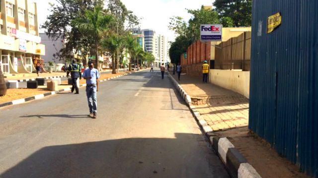"""Une rue de Kigali, la capitale du Rwanda, un pays accusé par HRW d'enfermer dans des """"centres de transit"""" des personnes """"indésirables""""."""