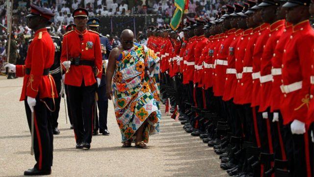 Nana-Akufo-Addo, nouveau président du Ghana, en revue des troupes lors de la cérémonie de sa prestation de serment