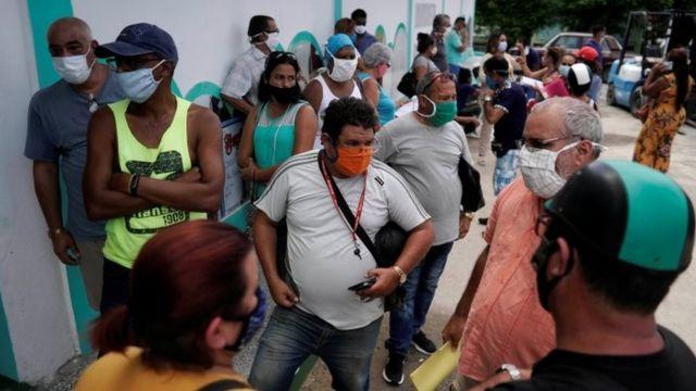 Cubanos con mascarillas