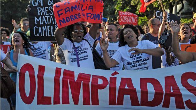 Paralelamente a las Olimpiadas, se suceden varias protestas en contra de la situación económica del país.
