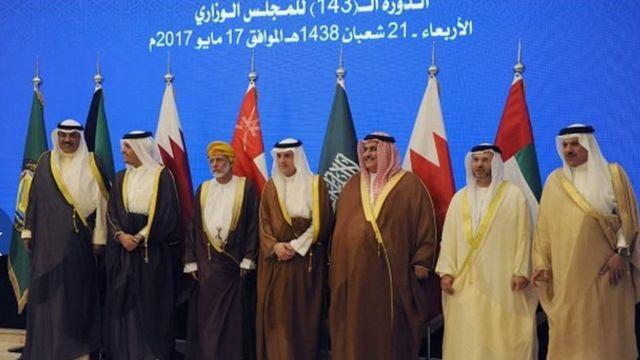 Para menteri negara-negara Teluk jelang KTT Dewan Kerjasama Teluk: Menlu Qatar Mohammed bin Abdulrahman bin Jassim al-Thani (kiri)Menlu Arab Saudi Adel al-Jubeir (ketiga dari kiri), Menlu Bahrain Khalid bin Ahmed al-Khalifa (ketiga dari kiri), Menlu UEA Anwar Gargash (keempat dari kiri) di Riyadh, 17 Mei 2017.