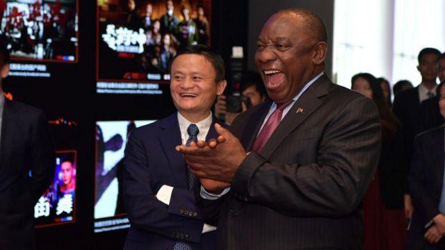 Alibaba'nın Yönetim Kurulu Başkanı Jack Ma, Güney Afrika Devlet Başkanı Cyril Ramaphosa'ya şirketin Hangzhou'daki merkezini gezdiriyor