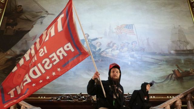 """Демонстрант з прапором """"Трамп - мій президент"""""""