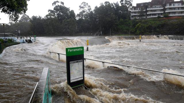 Sungai Parramatta membanjiri dermaga feri di Parramatta