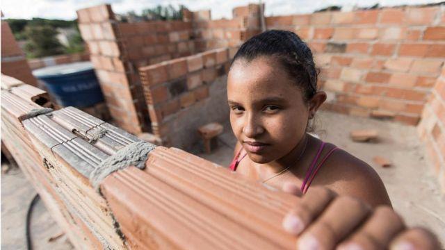Projeto ensina mulheres a reformar suas casas