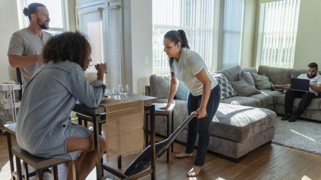 Jovens conversando em apartamento