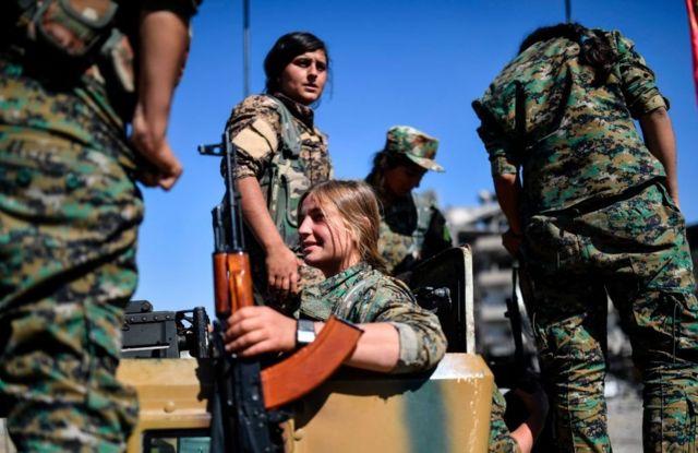 مقاتلات كرديات في قوات سوريا الديمقراطية