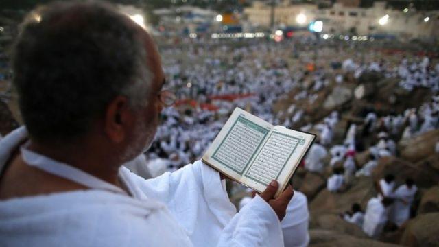 Müsəlman kişi Quran oxuyur