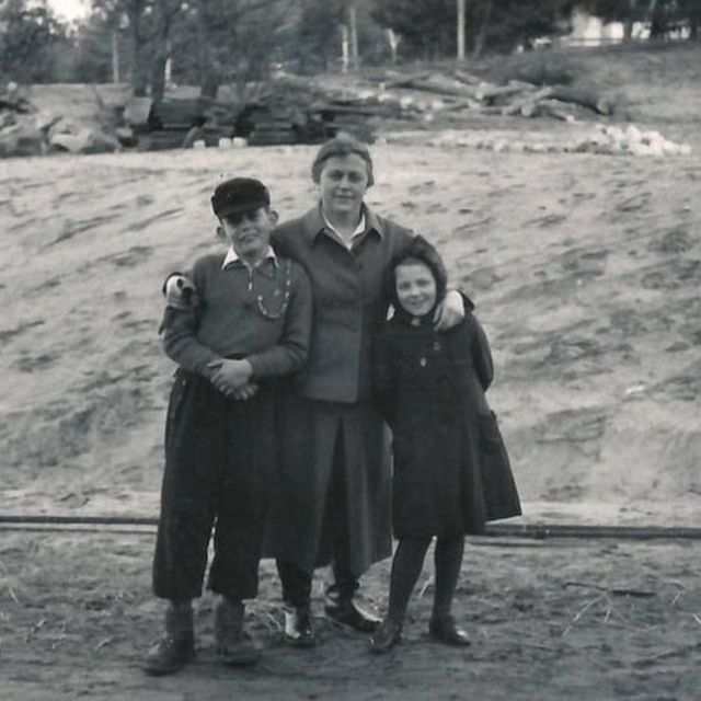 Ravensbrück'te gardiyan olan Johanna Langefeld kendi oğlu ve başka bir gardiyanın kızıyla birlikte.