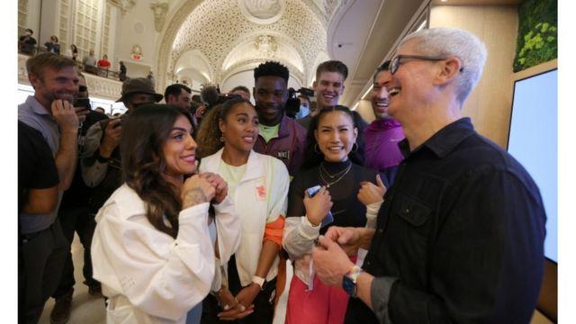 El ejecutivo de Apple interactúa con visitantes en una tienda