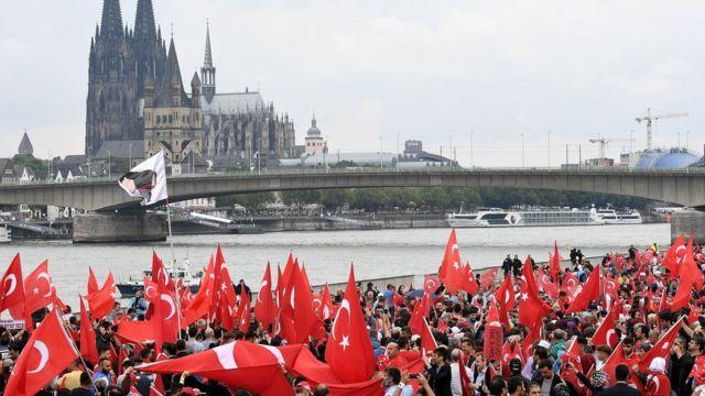 Ibihumbi by'aba Turke batuye mu Budage bigaragambije bashyigikiye Bwana Erdogan mu mujyi wa Cologne