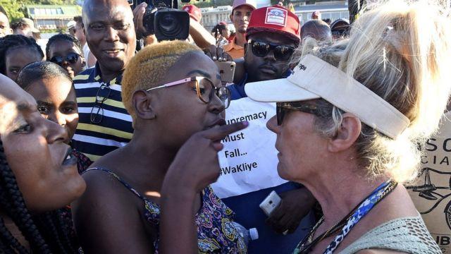 인종차별 반대 시위대와 동물권 옹호론자들이 대치하는 장면이 펼쳐지기도 했다