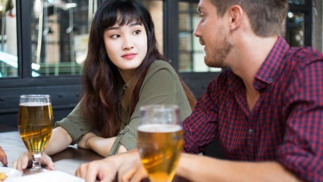 Pessoas bebendo cerveja
