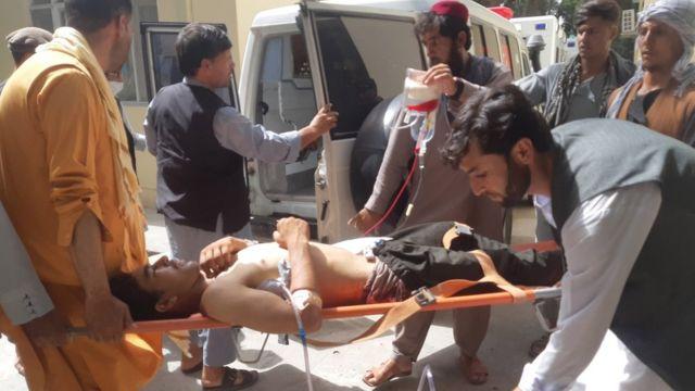 کامندان هلوتراست درحال انتقال بعد از حمله