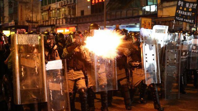 최루가스를 뿌리고 있는 홍콩 경찰