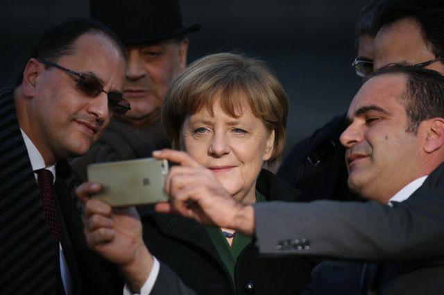 برلین کې د جرمني لومړۍ وزیره انګلا مېرکل له تونیزیايي ډیپلوماتانو سره سلفي عکس واخیست.