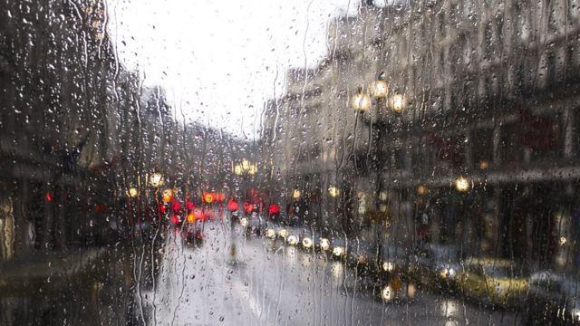 Залитое дождем стекло машины