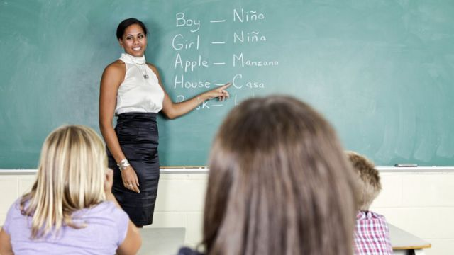 Una profesora enseña español