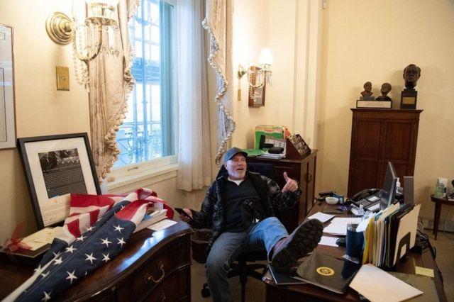 ریچارد بنت مردی است که در عکس پایش را روی میز نانسی پلوسی، رئیس مجلس، گذاشته است
