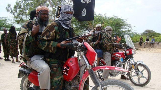Mukhtaar Robow oo saaran mooto. Waa xilligii uu ka mid ahaa Al-Shabaab. Sawirkan waxaa la qaaday 2010-kii.
