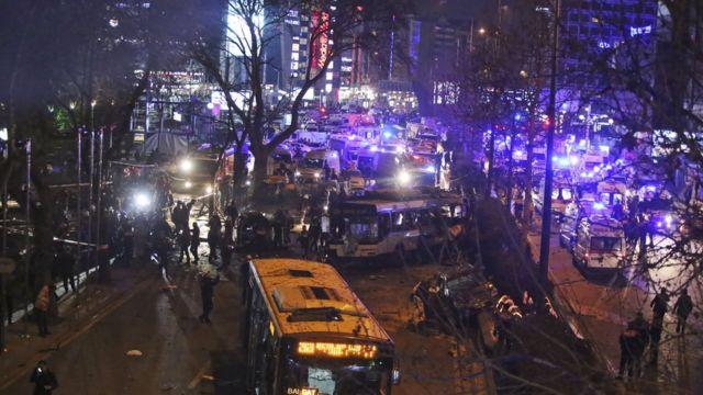 爆発現場は周辺の交通のかなめ(13日)