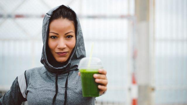 Mujer con jugo verde