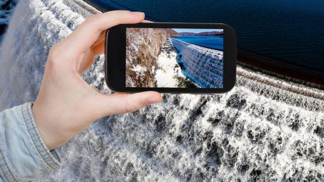 Smartphone en una catarata.