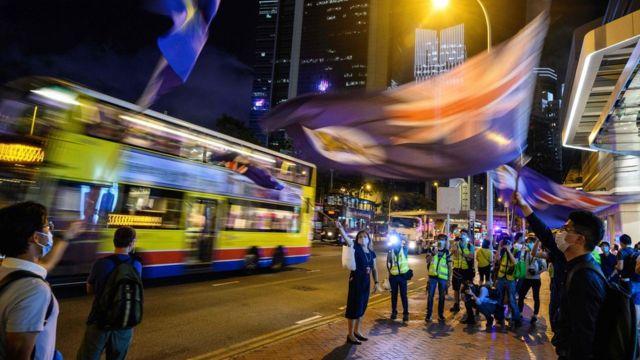 """香港""""反送中""""示威者在太古广场外挥舞港英时代旗帜(15/5/2020)"""