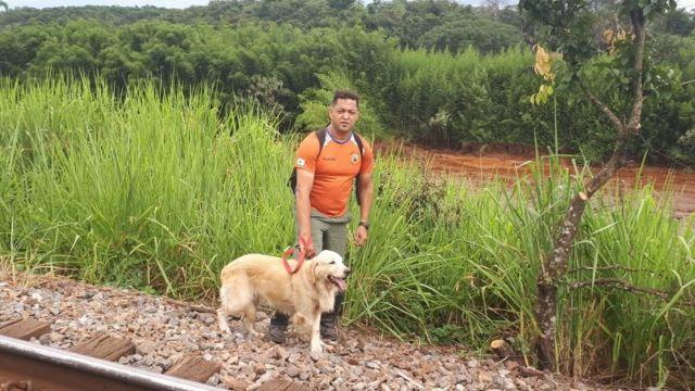 Denis Valério com cão farejador durante a busca em Brumadinho