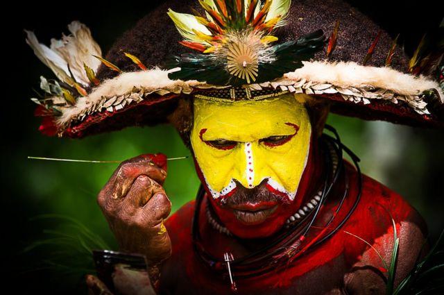رجل أفريقي يزين وجهه برسومات