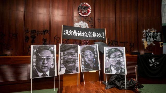 Hàng ngàn người biểu tình tràn vào tòa nhà Quốc hội Hong Kong, để lại các thông điệp bằng sơn đen trên tường và các banner trong tòa nhà hôm 2/7/2019