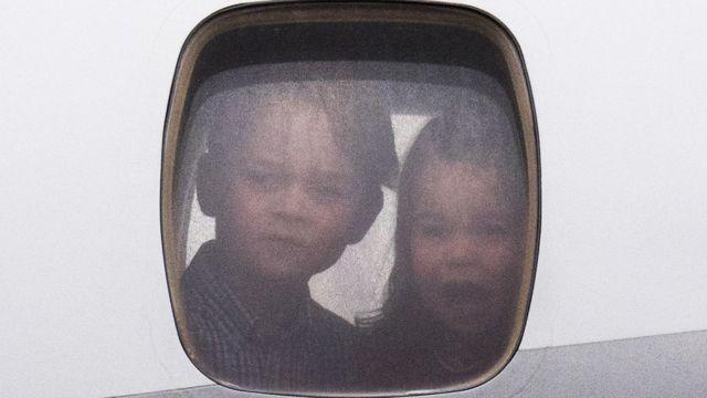 принц Джордж и принцесса Шарлотта в иллюминаторе самолета, июль 2017