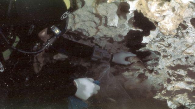 O investigador subaquático Octavio del Río coleta ossos de Eva de Naharon