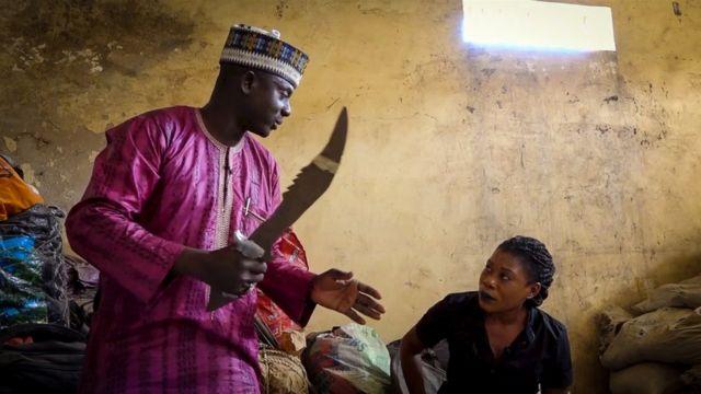 Homem mostra espada confiscada junto com xaropes