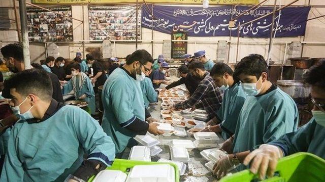 پخت و توزیع غذای نذری در حسینه ای در اصفهان
