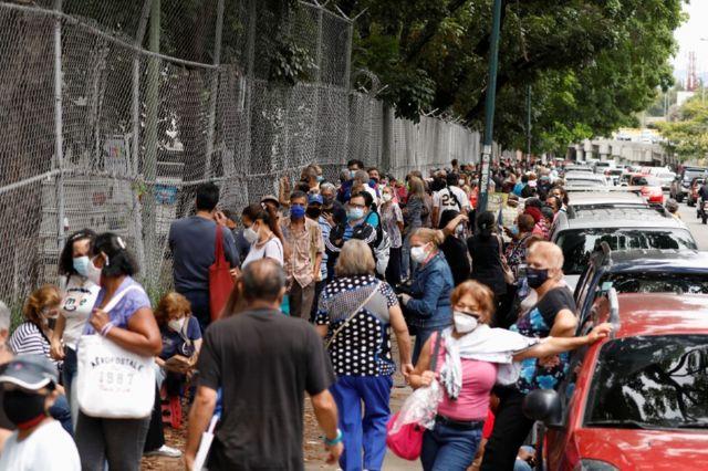 Personas hacen fila