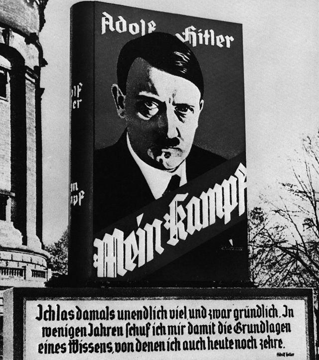 Adolf Hitler em um pôster publicitário de seu livro 'Mein Kampf' (1925) na rua de uma cidade alemã
