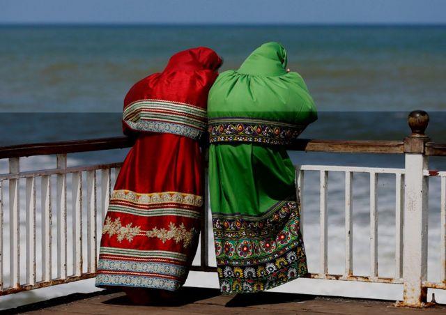 Mujeres con el vestido tradicional en Colombo, Sri Lanka.